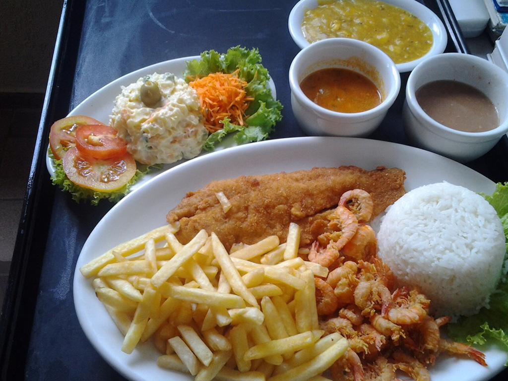"""Por R$ 38,00, """"PRATO FIDELIDADE SIMEC"""" vem com salada de alface, tomate, cenoura, maionese, além de arroz, feijão, pirão de peixe, batatas fritas, camarão crocante e camarão ao molho, com peixinho à milanesa ou grelhado."""